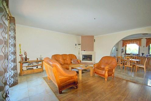komfortowy salon z kominkiem w luksusowej willi do sprzedaży w okolicach Legnicy