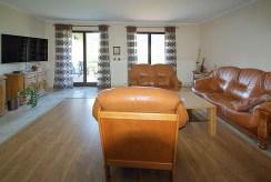 widok z innej perspektywy na luksusowy salon w ekskluzywnej willi do sprzedaży w okolicach Legnicy