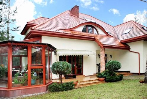 widok od strony ogrodu na luksusową willę do sprzedaży w okolicy Warszawy