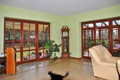 na zdjęciu jedno z luksusowo wykończonych pomieszczeń w ekskluzywnej willi w okolicy Warszawy na sprzedaż