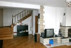 fragment salonu ze schodami na piętro w luksusowej willi do sprzedaży w Częstochowie