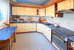 na zdjęciu komfortowa kuchnia w ekskluzywnej willi w Suwałkach na sprzedaż