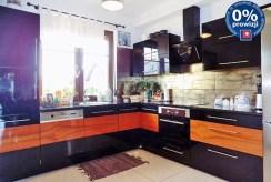 na zdjęciu nowoczesna kuchnia w luksusowej willi w okolicach Legnicy na sprzedaż