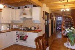 zdjęcie prezentuje elegancką kuchnię w luksusowej willi w okolicach Starogardu Gdańskiego na sprzedaż