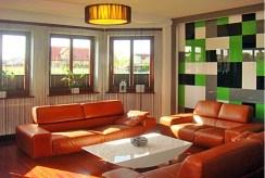 widok na komfortowy salon w ekskluzywnej willi do wynajmu w okolicach Szczecina