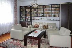 widok na salon i bibliotekę w luksusowym apartamencie do sprzedaży we Wrocławiu