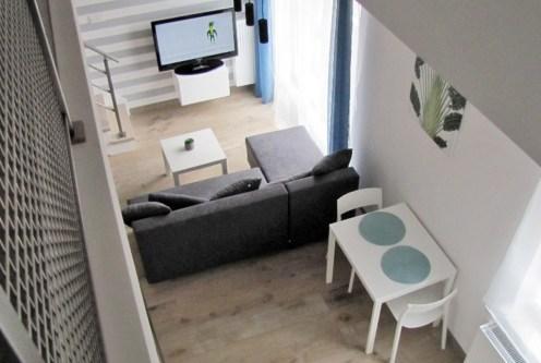 widok z góry na ekskluzywny salon w luksusowym apartamencie do wynajęcia w Katowicach