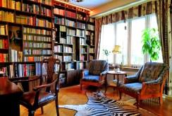 na zdjęciu imponująca swoimi rozmiarami biblioteka w luksusowej willi w Dusznikach-Zdroju na sprzedaż