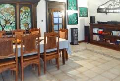 zdjęcie prezentuje jadalnię w luksusowej willi w Piotrkowie Trybunalskim na sprzedaż