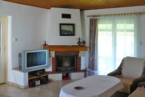 zbliżenie na kominek w salonie ekskluzywnej rezydencji do sprzedaży w Suwałkach
