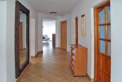 przedpokój z wejściami do poszczególnych pokoi w luksusowej willi w okolicach Kwidzyna na wynajem