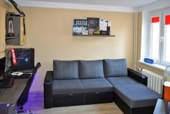 na zdjęciu umeblowany salon w ekskluzywnym apartamencie w Pile na sprzedaż