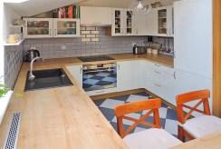 widok na umeblowaną kuchnię w ekskluzywnym apartamencie do sprzedaży w Szczecinie