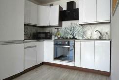 widok na umeblowaną kuchnię w luksusowym apartamencie do sprzedaży we Wrocławiu