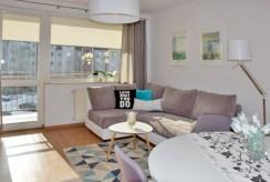 widok z innej perspektywy na luksusowy salon w ekskluzywnym apartamencie do wynajmu w Słupsku