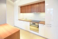 zbliżenie na umeblowaną kuchnię w luksusowym apartamencie do wynajmu w Suwałkach