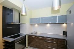 zdjęcie prezentuje umeblowaną kuchnię w luksusowym apartamencie w Katowicach na wynajem