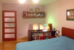 zdjęcie przedstawia zaciszną, prywatną sypialnię w luksusowym apartamencie w Krakowie na sprzedaż