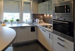 zdjęcie prezentuje komfortową kuchnię w luksusowym apartamencie w Piotrkowie Trybunalskim na sprzedaż