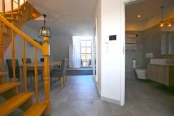 po lewej jadalnia, po prawej łazienka w luksusowym apartamencie w Szczecinie na wynajem