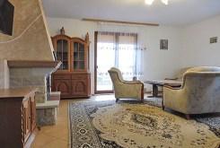 salon z kominkiem w ekskluzywnej willi do sprzedaży na Mazurach