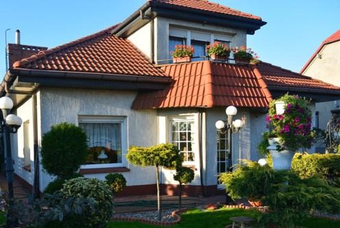 widok od strony ogrodu na ekskluzywną willę do sprzedaży w Rawiczu