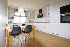 widok na komfortowo urządzoną i umeblowaną kuchnię w ekskluzywnej willi w okolicach Legnicy na sprzedaż