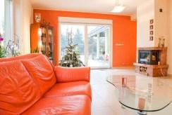 na zdjęciu pokój z kominkiem w luksusowej willi w okolicach Wrocławia na sprzedaż