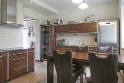 widok na nowoczesną kuchnię w luksusowej willi na Mazurach na sprzedaż