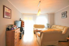 widok z innej perspektywy na komfortowy salon w ekskluzywnym apartamencie do sprzedaży w Szczecinie