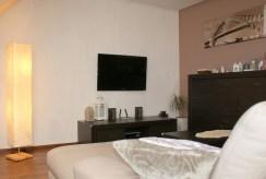 fragment komfortowego salonu w ekskluzywnym apartamencie do sprzedaży w okolicach Legnicy