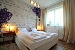 elegancka sypialnia w luksusowym apartamencie do wynajmu w Krakowie