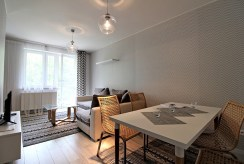 widok z innej perspektywy na komfortowy salon w luksusowym apartamencie do wynajmu w Krakowie