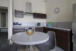 widok na jadalnię i kuchnię w luksusowym apartamencie do wynajmu w Krakowie