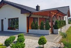 widok od strony ogrodu i tarasu na luksusową willę do sprzedaży w Inowrocławiu