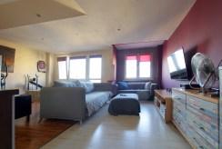 komfortowy salon w luksusowym apartamencie do sprzedaży w okolicach Legnicy