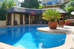 widok od strony basenu na luksusową willę do sprzedaży w Hiszpanii (Costa del Sol, Malaga)