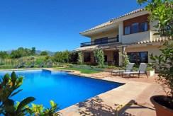 widok na basen znajdujący się przy ekskluzywnej willi do sprzedaży w Hiszpanii (Malaga, Costa del Sol)