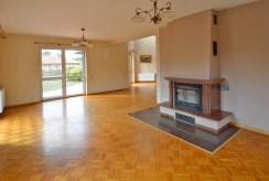 pomieszczenie z kominkiem pod salon w luksusowej willi do sprzedaży w okolicy Szczecina