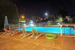 widok na basen przed luksusową willą w okolicach Wrocławia na sprzedaż