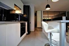 nowoczesnie wyposażona i umeblowana kuchnia w luksusowym apartamencie do sprzedaży w Krakowie