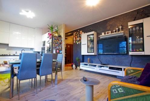 komfortowy salon w ekskluzywnym apartamencie do sprzedaży w okolicach Legnicy