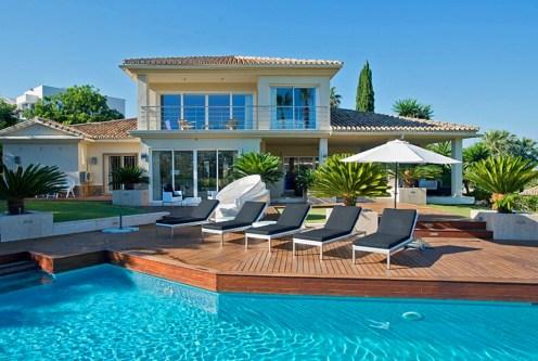 widok od strony basenu na ekskluzywną willę do sprzedaży Costa del Sol, Malaga (Hiszpania)