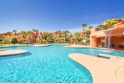 widok od strony basenu na ekskluzywną willę w Hiszpanii (Costa del Sol, Malaga) na sprzedaż