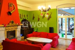 komfortowy salon z kominkiem w luksusowej willi do sprzedaży w Szklarskiej Porębie