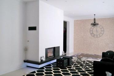 przestronny salon z kominkiem w luksusowej willi do sprzedaży w okolicach Zielonej Góry