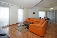 fragment salonu z innej perspektywy w ekskluzywnym apartamencie do wynajmu Katowice