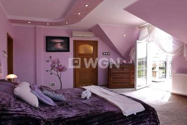 na zdjęciu zaciszna, prywatna sypialnia w luksusowej willi na sprzedaż Słupsk