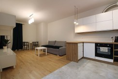 po prawej aneks kuchenny, po lewej salon w luksusowym apartamencie do wynajmu Kraków