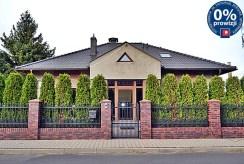 widok od strony ulicy na reprezentacyjne wejście do luksusowej willi na sprzedaż Bolesławiec